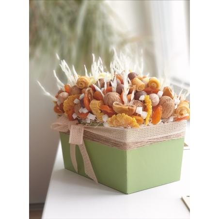 Коробка зелёная с сухофруктами и орехами