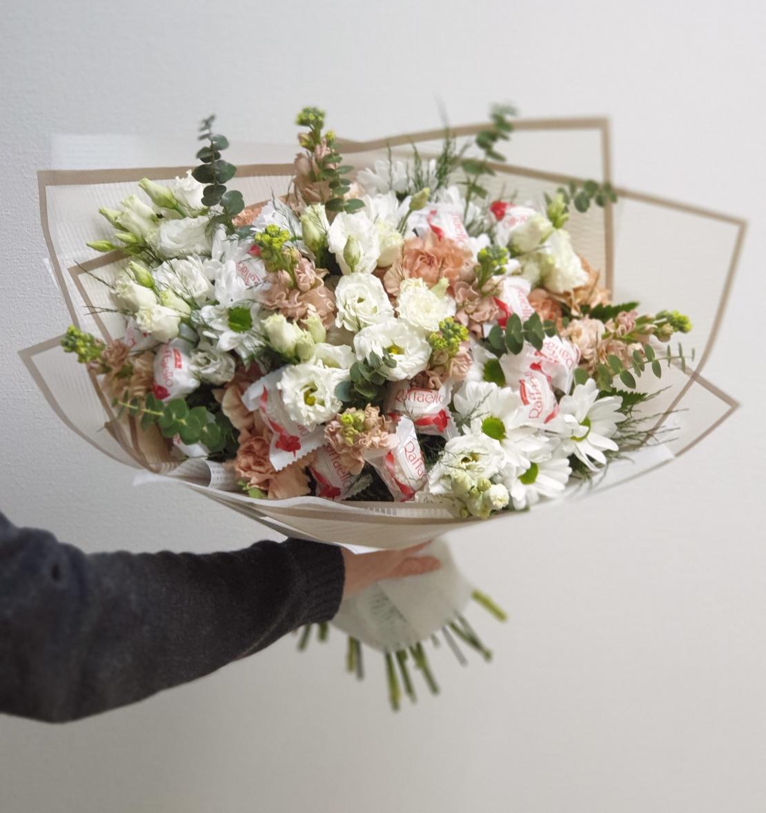 Цветочный букет с Рафаэло