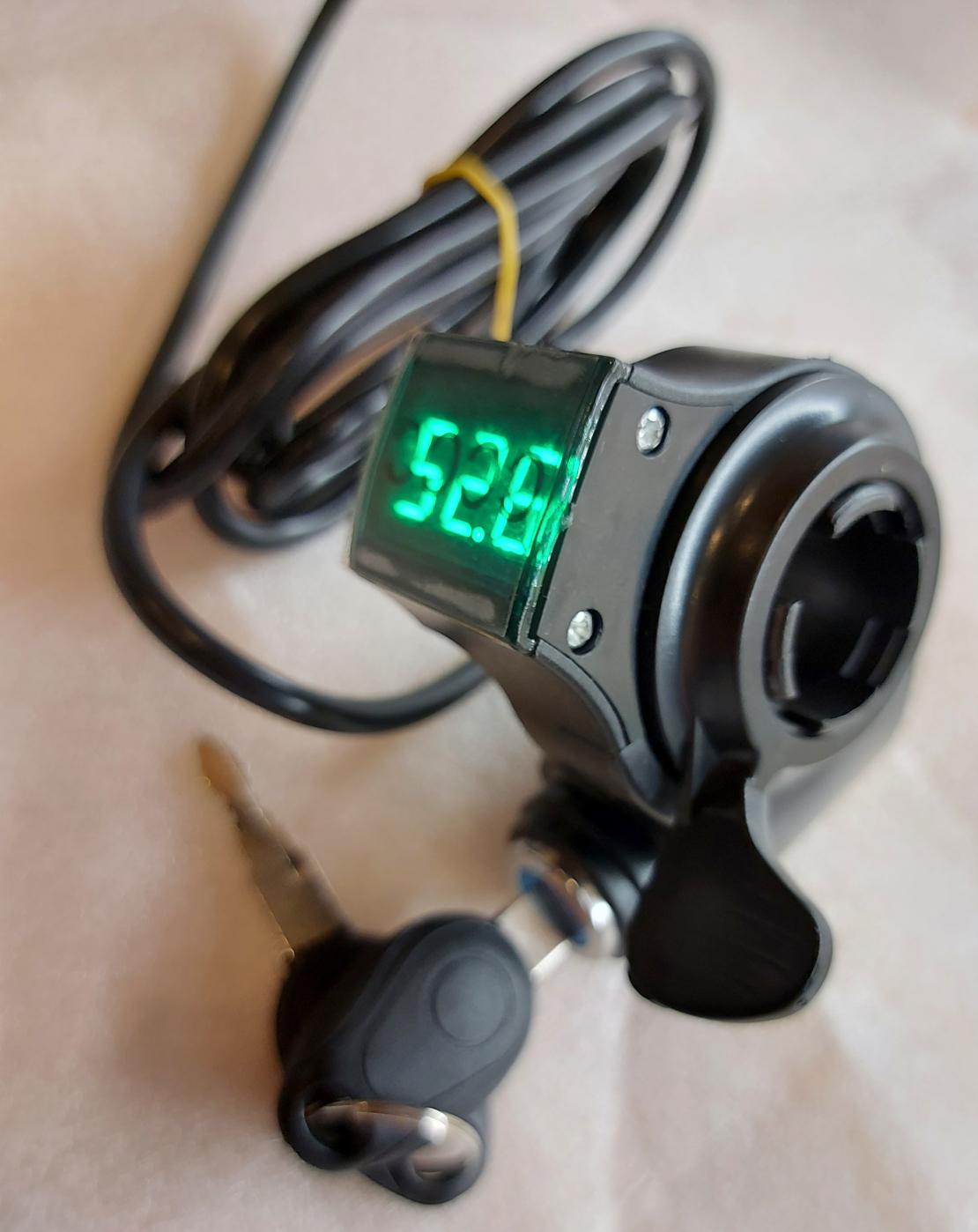 Клавиша-газа вольтметр (24v-99v), правого исполнения с ключом включения выключения контроллера для электровелосипеда, электросамоката.